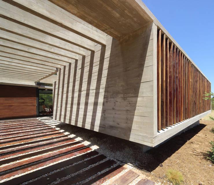 Casa S & S: Pasillos y recibidores de estilo  por Besonías Almeida arquitectos