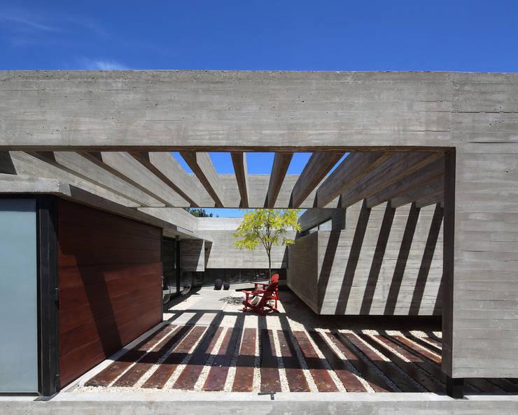 Casa S & S: Casas de estilo  por Besonías Almeida arquitectos