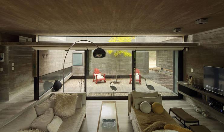 Casa S & S: Livings de estilo minimalista por Besonías Almeida arquitectos