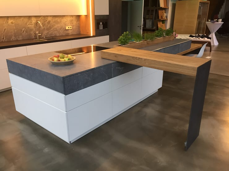 Küche im Industrie Loft Style mit aufgeklaptem Schwenktresen:  Küche von Ebbecke GmbH - excellent einrichten