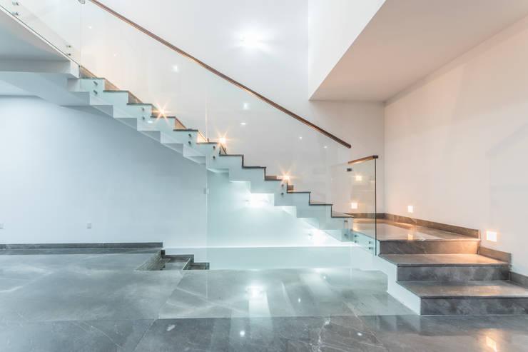 SESIÓN FOTOGRÁFICA PUERTA LAS LOMAS - NOCHE - : Escaleras de estilo  por ECKEN virtual spaces