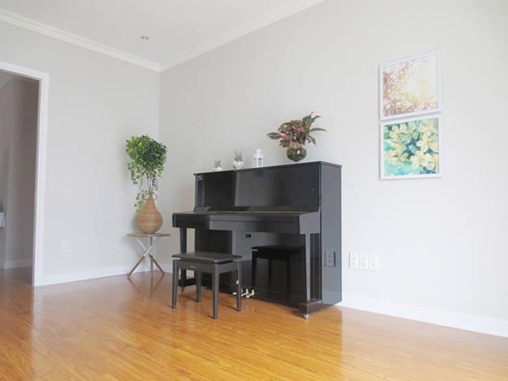 Để tránh sự nhàm chán chủ nhà đã bài trí thêm tranh treo tường, lọ hoa và đàn.:  Phòng học/Văn phòng by Công ty TNHH Thiết Kế Xây Dựng Song Phát