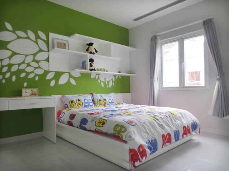 Màu xanh lá cây năng động, phù hợp với không gian dành cho bé trai.:  Phòng ngủ by Công ty TNHH Thiết Kế Xây Dựng Song Phát