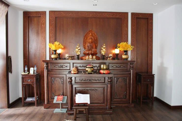 Phòng thờ được ốp gỗ toàn bộ đem đến không khí trang nghiêm.:  Nhà gia đình by Công ty TNHH Thiết Kế Xây Dựng Song Phát