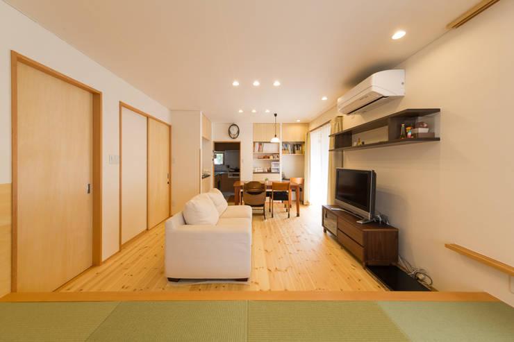 客廳 by 株式会社かんくう建築デザイン