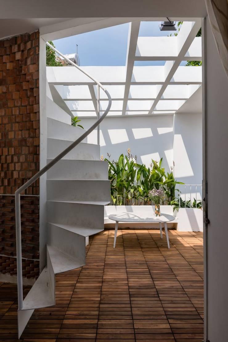 Sân thượng và khu vườn xanh mát :  Hiên, sân thượng by Công ty TNHH Xây Dựng TM – DV Song Phát
