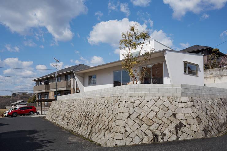 高台に建つ家: toki Architect design officeが手掛けた庭です。,