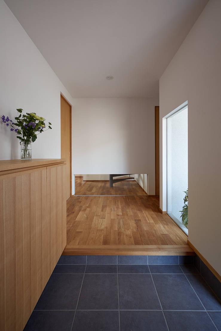 高台に建つ家: toki Architect design officeが手掛けた廊下 & 玄関です。,