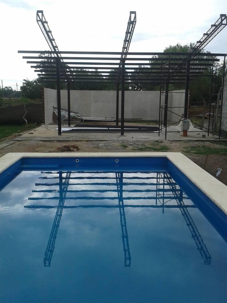 espacio weekend: Piletas de jardín de estilo  por Adrián Rubiales Arquitecto,