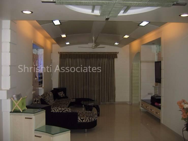 Living Room: modern Living room by Shrishti Associates