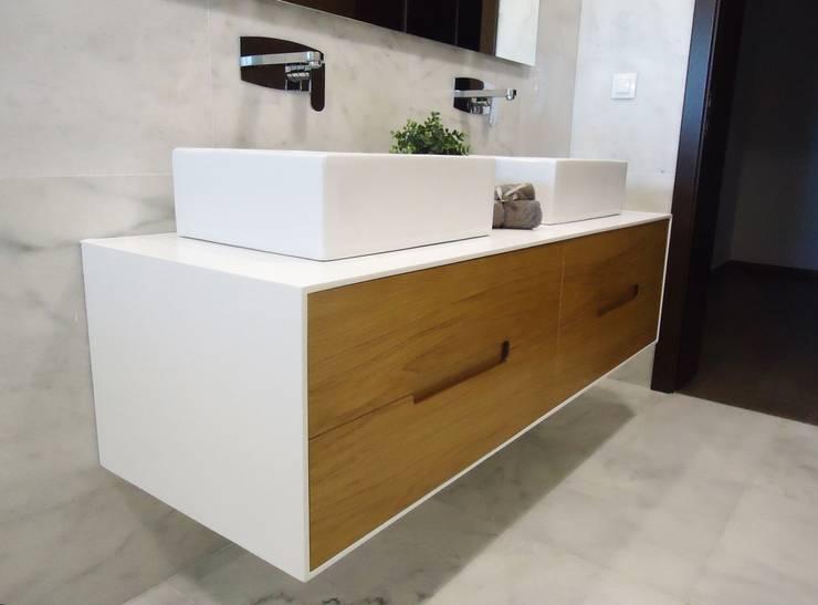 Móvel Jazzi - Lavatório Art 12 - Misturadora Liah parede: Casas de banho modernas por Smile Bath S.A.