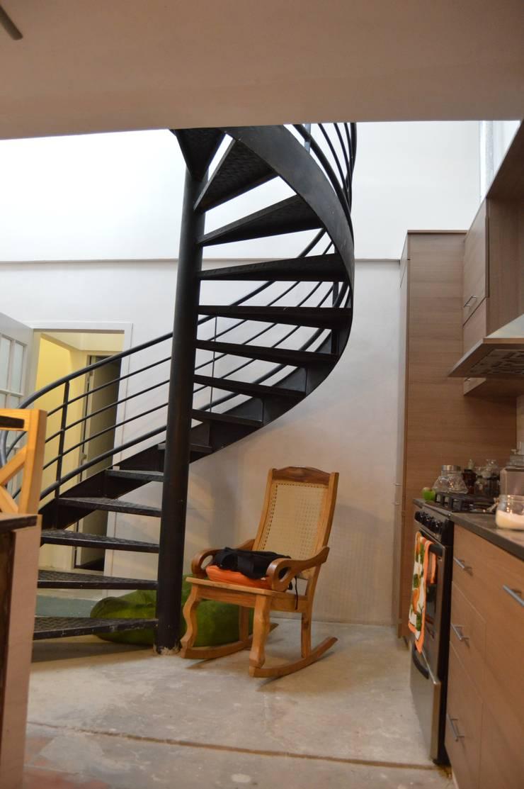 Reforma en Once, Buenos Aires: Escaleras de estilo  por Sinapsis Estudio,
