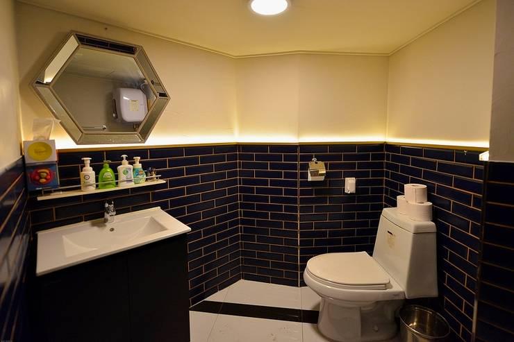 부산 모던바 인테리어,  'Coco Bar' - 노마드디자인: 노마드디자인 / Nomad design의  화장실