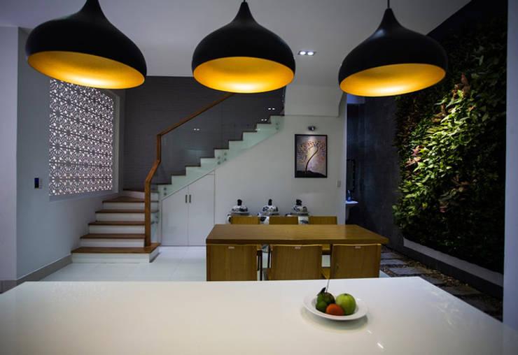 Mẫu Thiết Kế Nhà 4 Tầng 8x12m Hướng Tây Luôn Mát Mẻ Ở Gò Vấp:  Phòng ăn by Công ty TNHH Xây Dựng TM – DV Song Phát