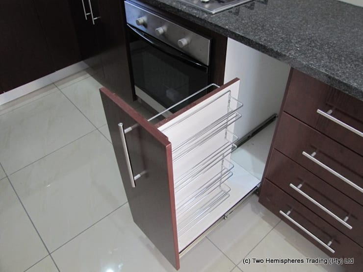 Midrand Site 1:  Built-in kitchens by Drake Williams Decor, Modern