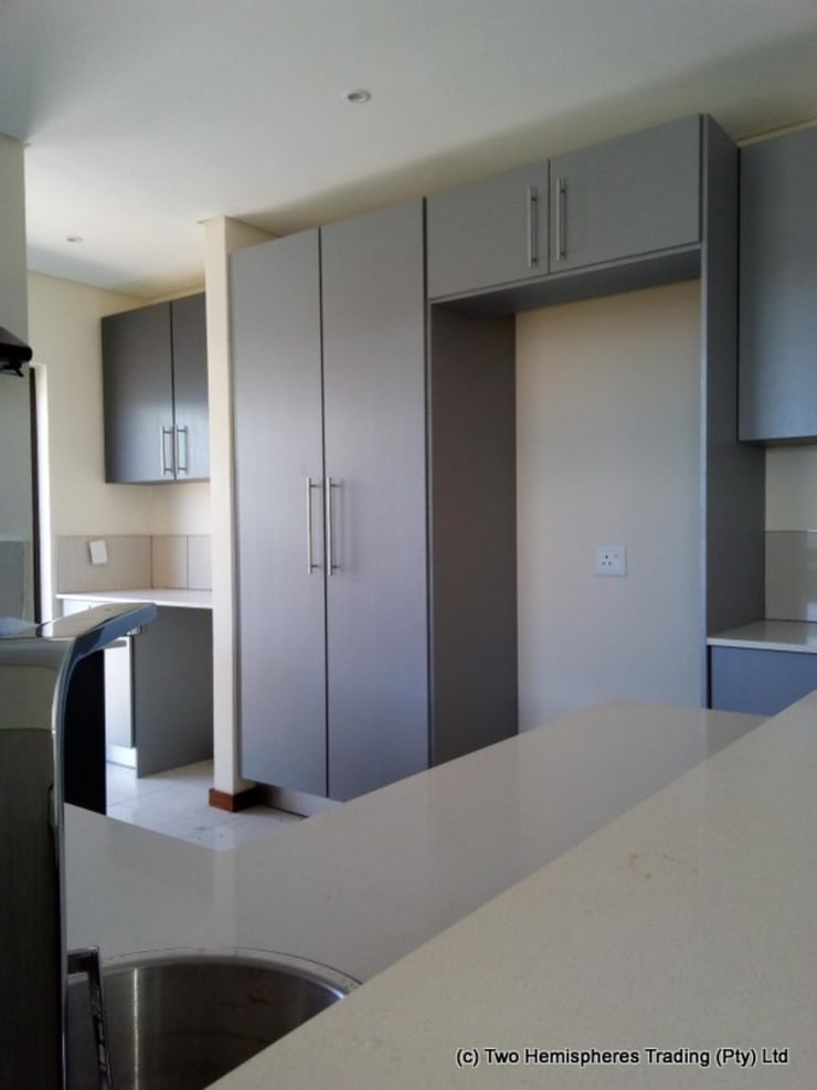 Midrand Site 3:  Built-in kitchens by Drake Williams Decor, Modern