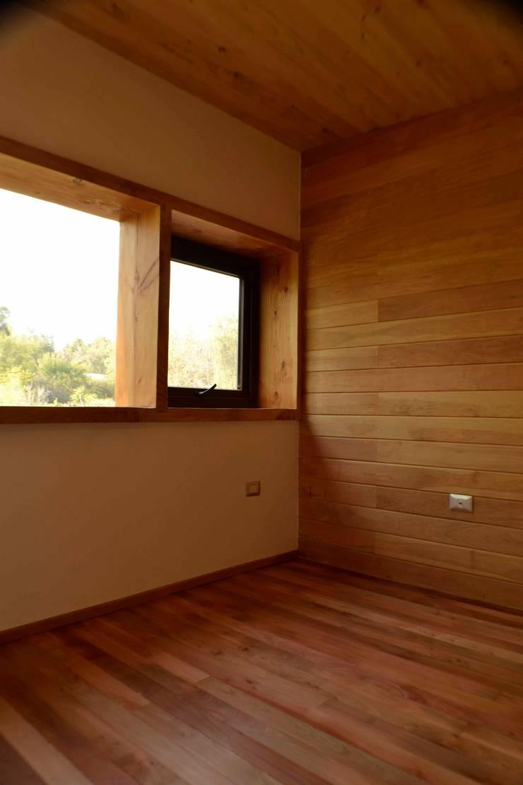 Pieza niños revestimientos en roble y lenga.: Dormitorios infantiles de estilo  por PhilippeGameArquitectos