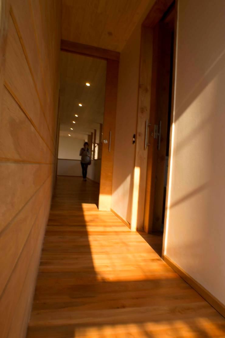 Pasillo segundo piso: Estudios y biblioteca de estilo  por PhilippeGameArquitectos