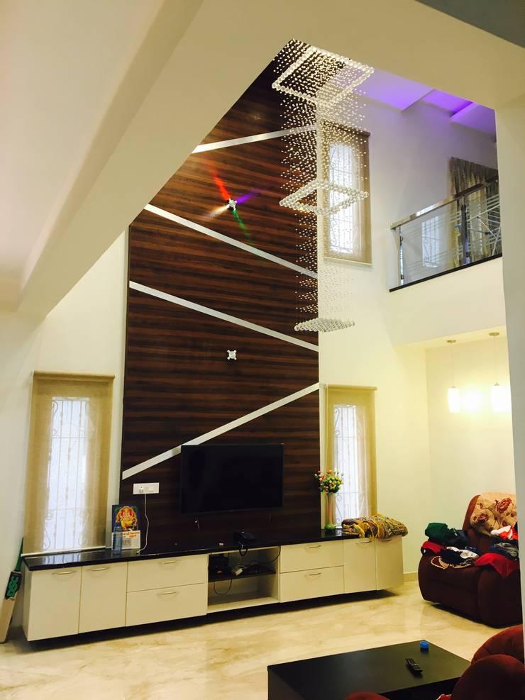 Dr.Sudhakar's Residence,Tirupathi:  Living room by M/s Studio7 Architects