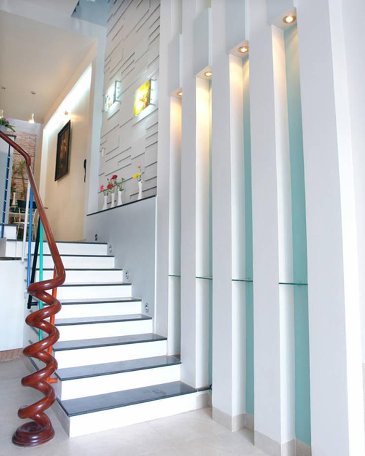 Cầu thang được thiết kế ấn tượng với hệ thống đèn trang trí.:  Cầu thang by Công ty TNHH Thiết Kế Xây Dựng Song Phát