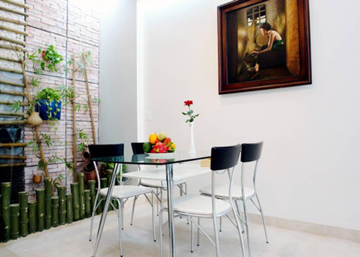 Sự tinh tế được thể hiện rõ trong không gian.:  Phòng ăn by Công ty TNHH Thiết Kế Xây Dựng Song Phát