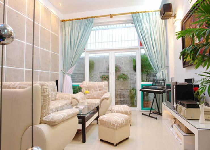 Phòng khách nhà ống đẹp theo kịp xu hướng hiện đại.:  Phòng khách by Công ty TNHH Thiết Kế Xây Dựng Song Phát