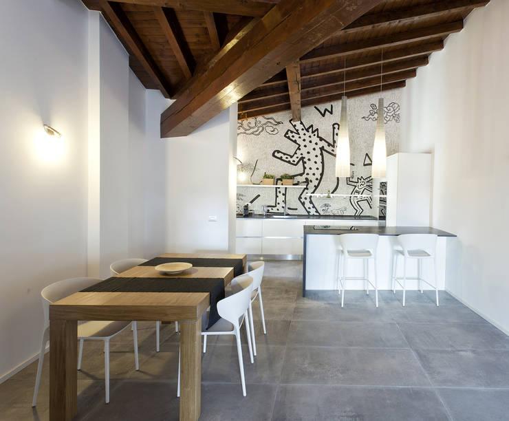 FOTO CUCINA con carta da parati e arredi su misura: Cucina in stile  di Silvana Barbato, StudioAtelier