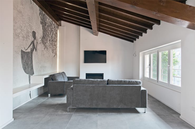 FOTO SOGGIORNO con carta da parati, biokamino e tv a parete: Soggiorno in stile  di Silvana Barbato, StudioAtelier