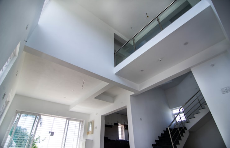 Beach Villa,Uthandi:  Corridor & hallway by M/s Studio7 Architects
