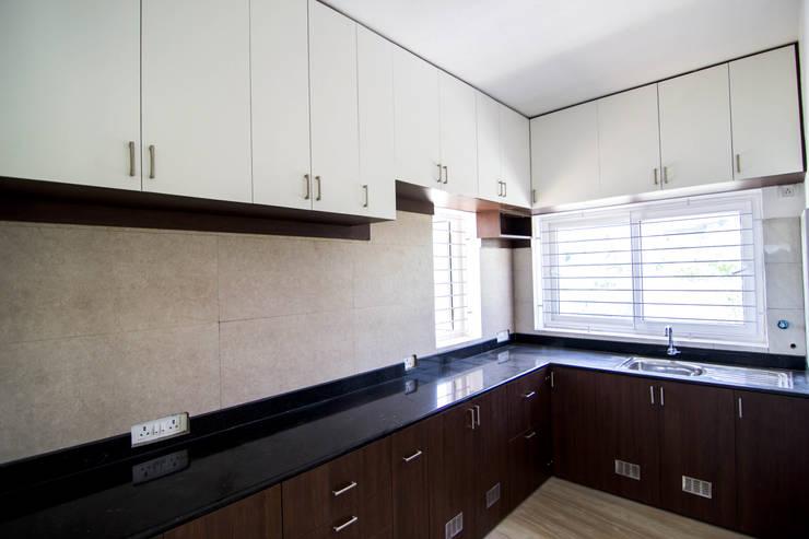 Beach Villa,Uthandi:  Kitchen units by M/s Studio7 Architects