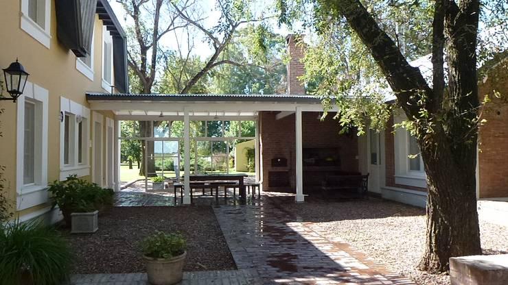 CASA DE CAMPO: Jardines de invierno de estilo  por Estudio Dillon Terzaghi Arquitectura - Pilar