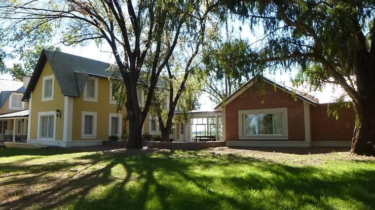 CASA DE CAMPO: Casas de campo de estilo  por Estudio Dillon Terzaghi Arquitectura - Pilar