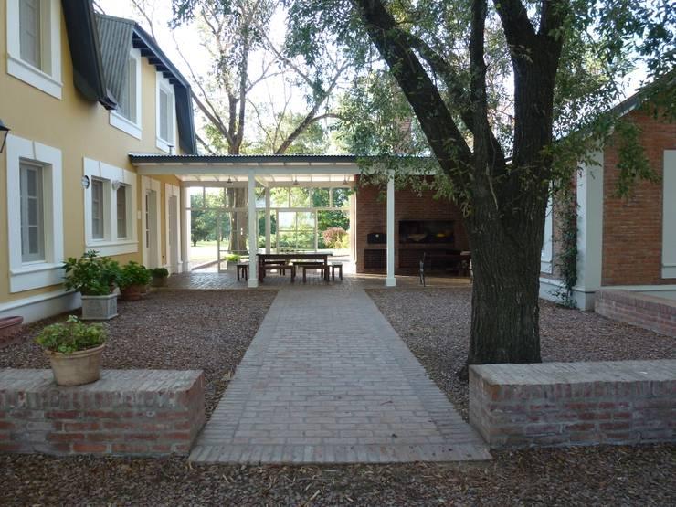 CASA DE CAMPO: Jardines de invierno de estilo  por Estudio Dillon Terzaghi Arquitectura