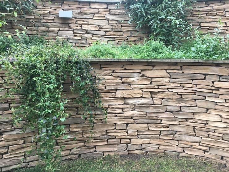 Eleganza in giardino: Giardino in stile  di Au dehors Studio. Architettura del Paesaggio