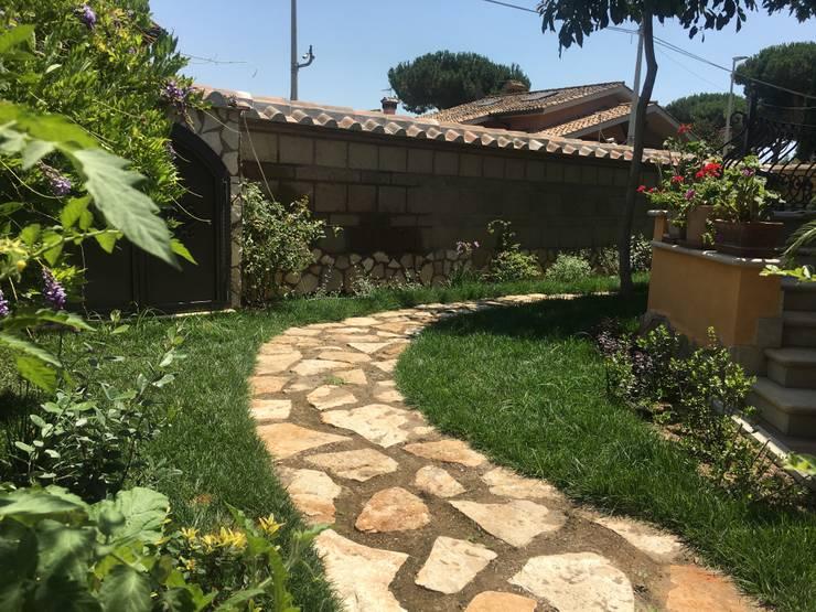 Materia e natura a contrasto: Giardino in stile  di Au dehors Studio. Architettura del Paesaggio