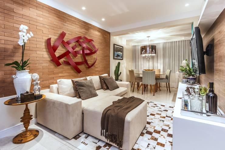 tropical Living room by DUE Projetos e Design
