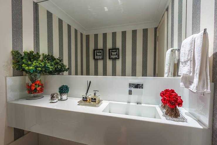 Apartamento Renaissence: Banheiros  por DUE Projetos e Design