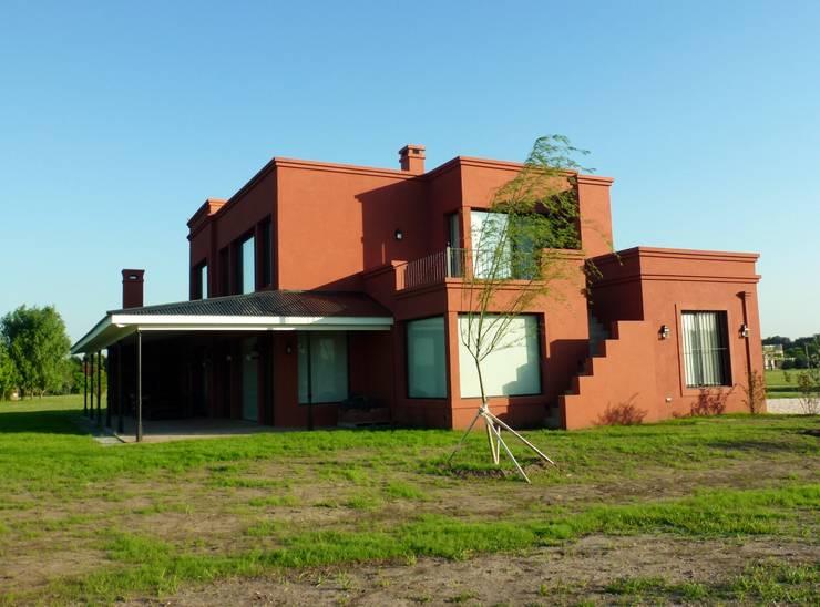 Casa en Haras San Pablo: Casas de campo de estilo  por Estudio Dillon Terzaghi Arquitectura - Pilar,