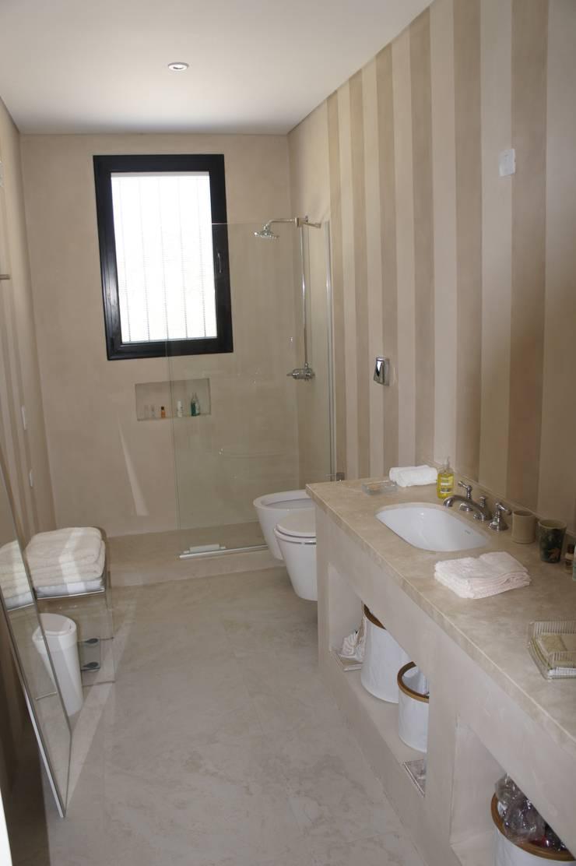 Casa enHaras San Pablo : Baños de estilo  por Estudio Dillon Terzaghi Arquitectura - Pilar,