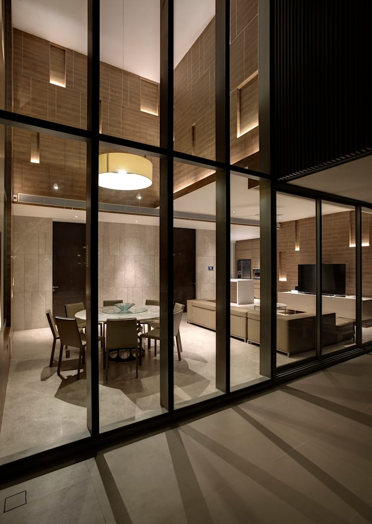 Vertical and Horizontal Feature Wall Apartment at Leedon Residence:  Living room by Lim Ai Tiong (LATO) Architects,Modern
