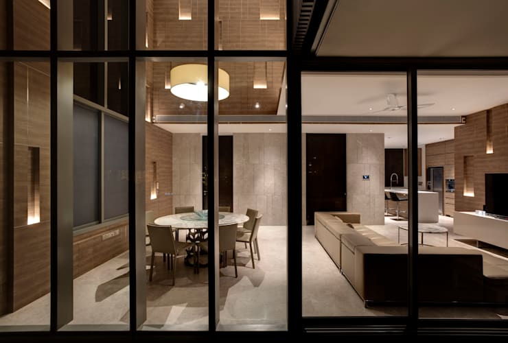 Vertical and Horizontal Feature Wall Apartment at Leedon Residence:  Kitchen by Lim Ai Tiong (LATO) Architects