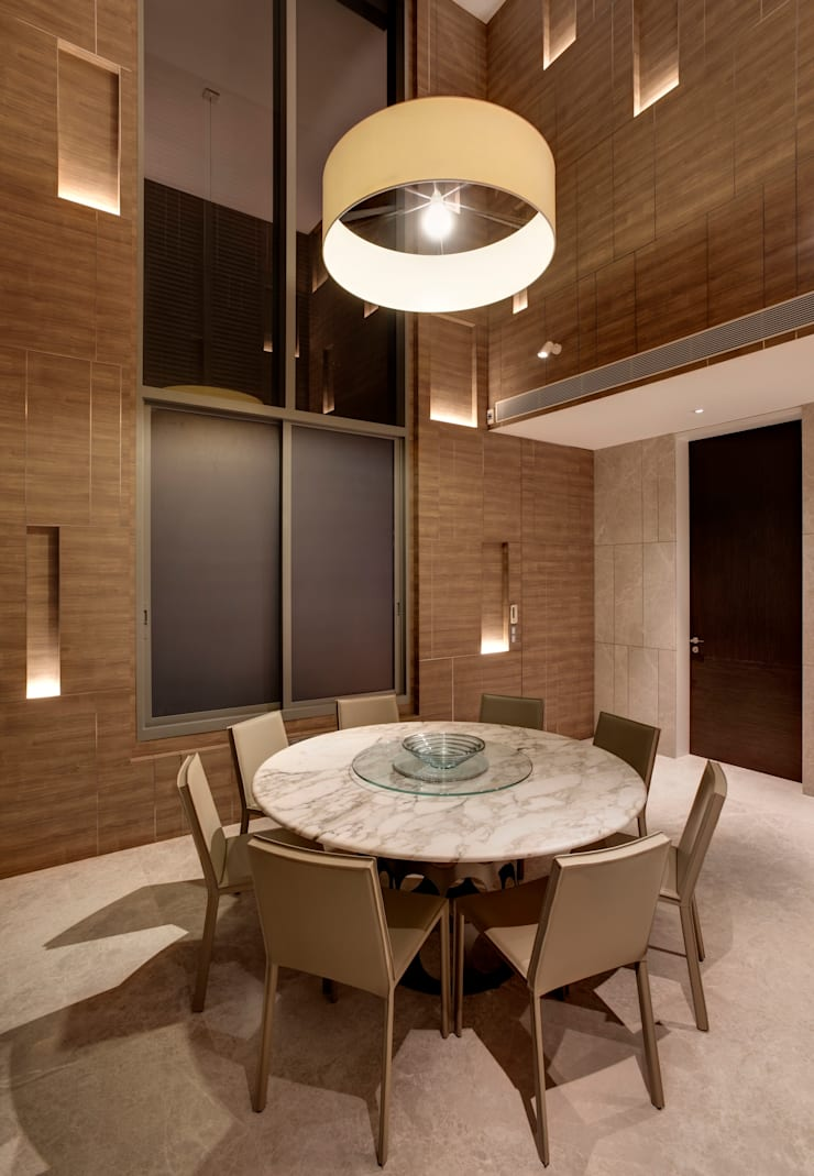 Vertical and Horizontal Feature Wall Apartment at Leedon Residence:  Dining room by Lim Ai Tiong (LATO) Architects,Modern