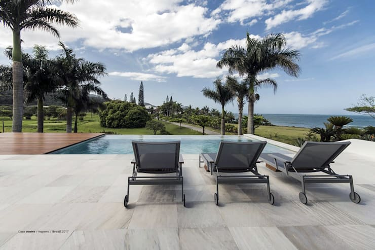 Casa cuatro : Piletas infinitas de estilo  por Diego Jobell Arquitectos
