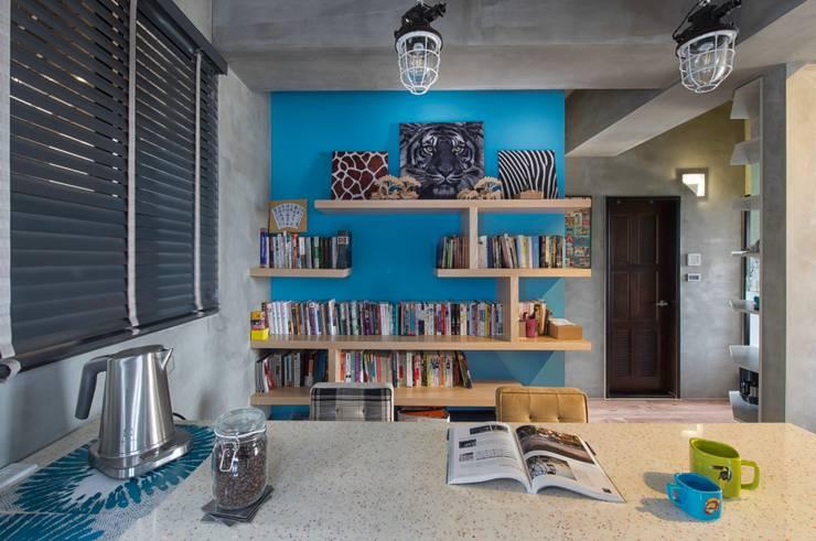 玩顏色:  客廳 by 澄月室內設計