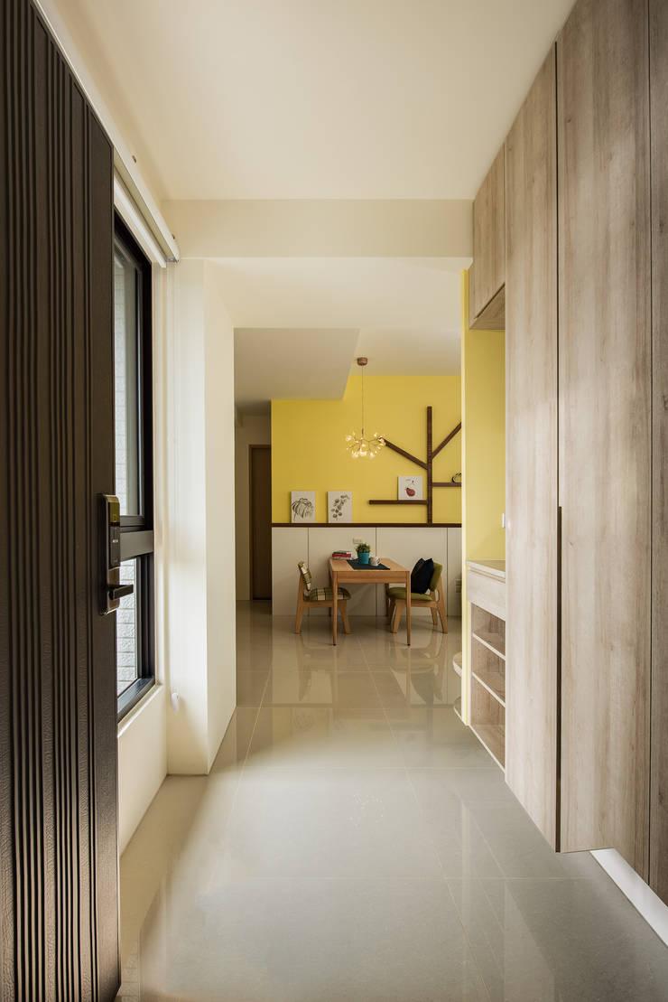 moon yellow:  客廳 by 澄月室內設計