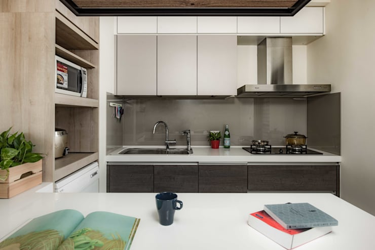 moon yellow:  廚房 by 澄月室內設計