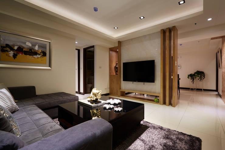 客廳電視主牆採用大理石:  客廳 by 雅和室內設計