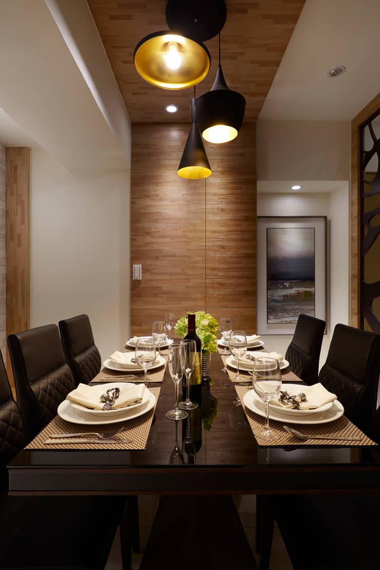 皮革餐椅與烤漆玻璃桌面襯托下 顯貴氣逼人:  餐廳 by 雅和室內設計