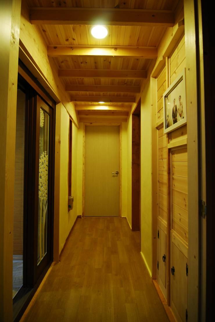 고산 주택: 루아건축사사무소의  복도 & 현관,