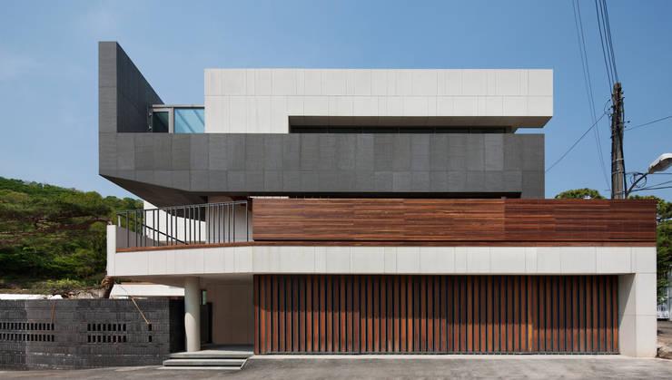 커스토마이집 (과천 단독 주택): L'eau Design의  주택,